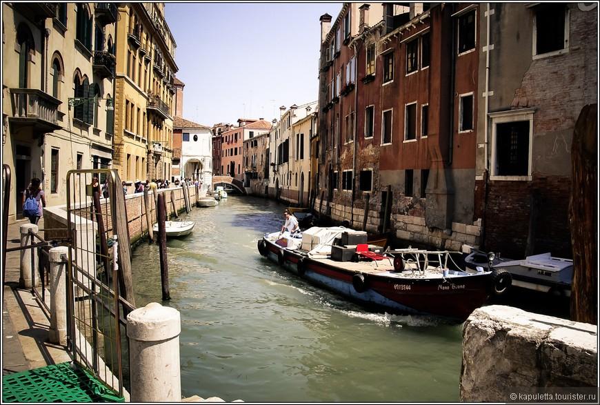 Годы накладывают отпечаток на Венецию,  но увядшая, притихшая, она все равно остается яркой и неповторимой.