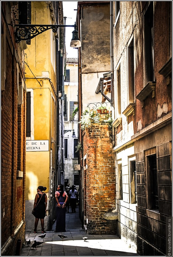 А эти старые обшарпанные улицы, болезненное наслаждение дотрагиваться до потрескавшихся от времени и влаги стен... И удивляться их стойкости и жизнелюбию...