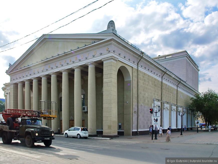 11. Отличное здание театра, мне нравится, когда такие строения не соседствуют с хрущёвками. Так они выглядят монументально.