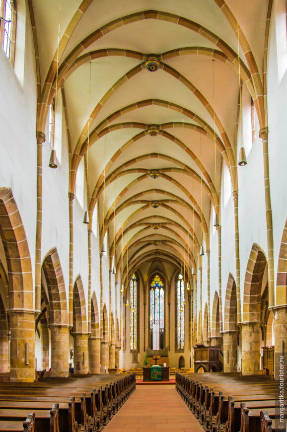 Внутренне обустройство лютеранского храма мало чем отличается от типично католического, за исключением большей воздержанности в оформлении