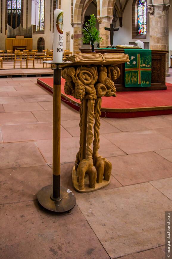 стойка-подставка для Священного писания выполнена в тиле художественной резьбы по дереву