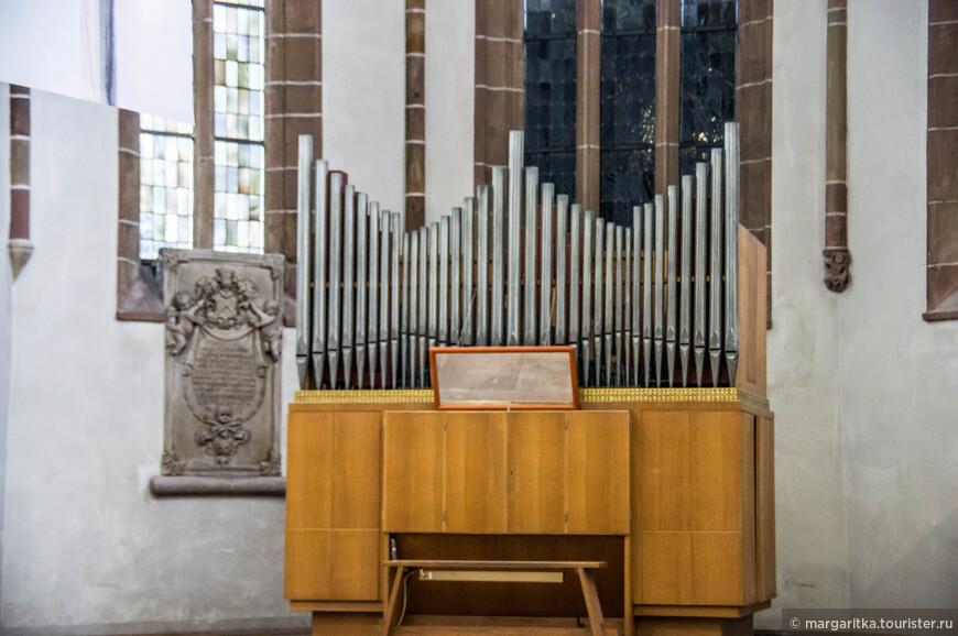 Помимо главного органи в храме в алтаре есть еще небольшой органчик
