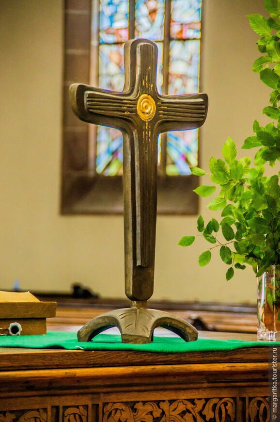 Распятие -неприменный атрибут всех католических и вто том числе протестантских церквей!.