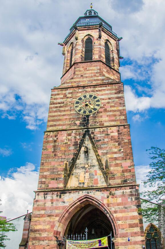 Башня с часами высотой 55 метров. В 18 веке  башню нажстроили  сторожевой башенкой с куполом.