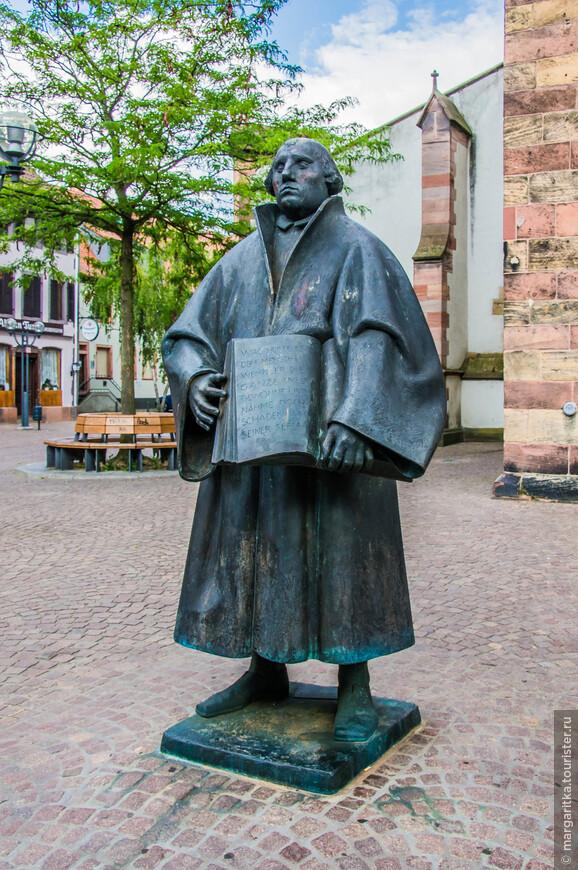 Мартин Лютер, как и полагается истиному реформатору держит в руках Писание, которое он осмелился трактовать по-своему
