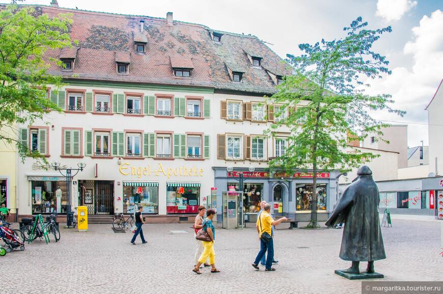 на небольшой площади, образованной широкой частью торговой улициы- Marktstraße, у главного входа в храм стоит медное изваяние Мартина Лютера