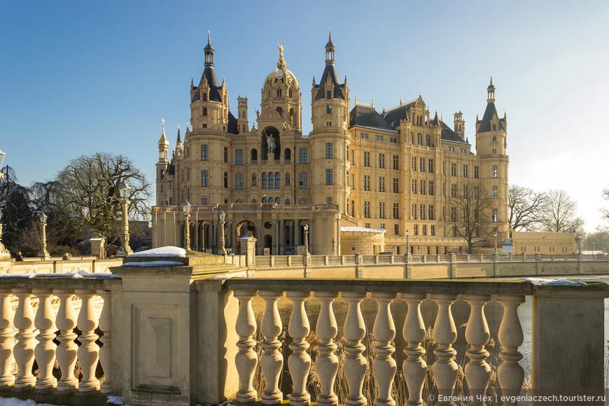Нынешний замок был построен великим герцогом Мекленбургским Фридрихом Францем II в 1845 году.