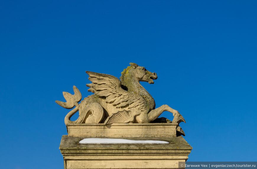 Замок выполнен архитектором Georg Adolf Demmler в стиле модного тогда историзма, а точнее, смешения многочисленных эпох.