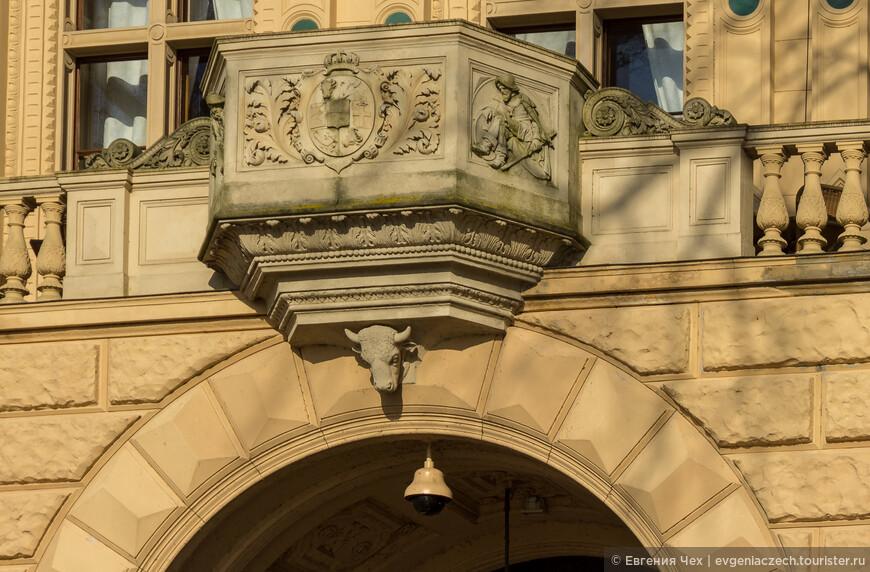 В отделке дворца многократно цитируются элементы герба герцогов Мекленбургских - голова быка.