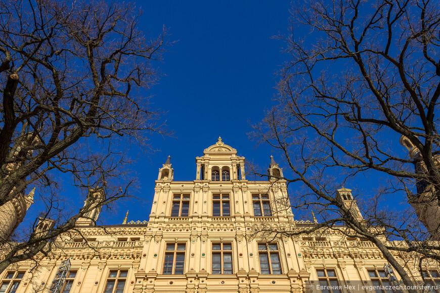 Резиденция герцогов долгое время находилась в Людвиглюсте. Придя к власти в 1842 году, Фридрих решает вернуть резиденцию в Шверин, для чего и строится с размахом дворец.