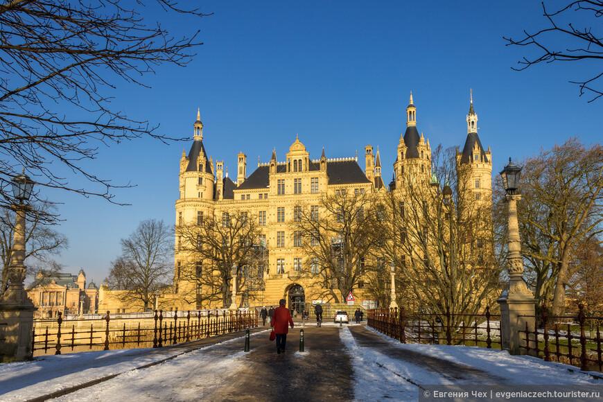 Новый замок удался. На 4 этажах расположились покои герцога и его семьи, помпезный тронный зал и залы приемов.