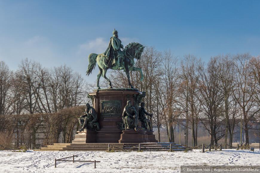 Прекрасный парк был разбит еще в 16 веке. В 19 веке парк по проекту Ленне расширяется, достигая 25 га.