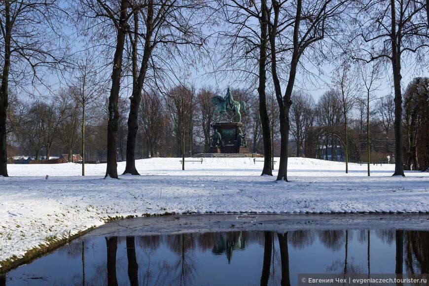 Дврцовый парк выполнен в английском стиле, украшен многочисленными скульптурами, фонтанами, террасами.