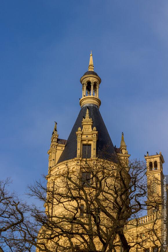 Башни, башенки - говорят, шверинский замок украшают столько башен, сколько дней в году.