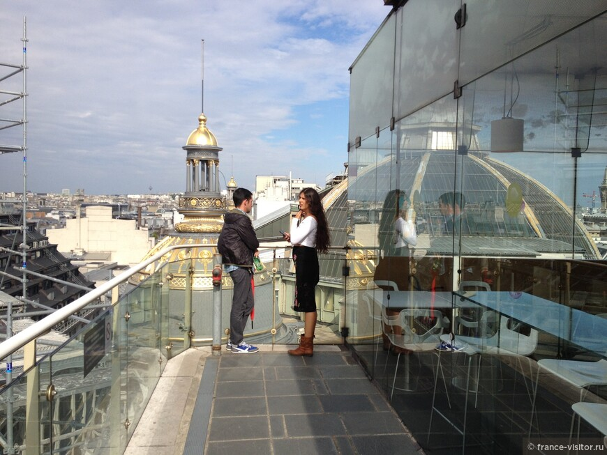 Сентиментальные обьяснения на крыше парижского универмага.