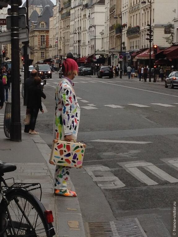 В Париже - куча модников всех мастей.  Парижский квартал площади Бастильи.