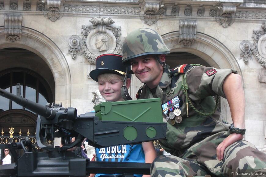 После военного парада 14 июля, который проходит каждый год по Елисейским Полям, военные любят фотографироваться с маленькими парижанами.  Площадь перед театром Опера Гарнье.