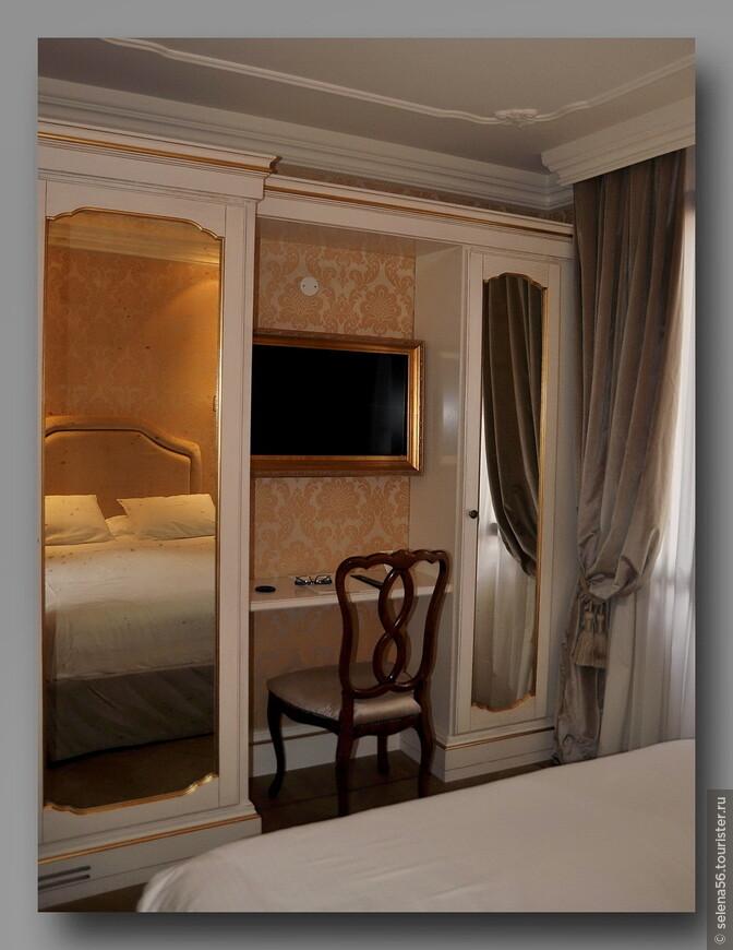 В комнате тесновато для длительного пребывания 2-ух человек,но чисто и уютно. В раме телевизор.