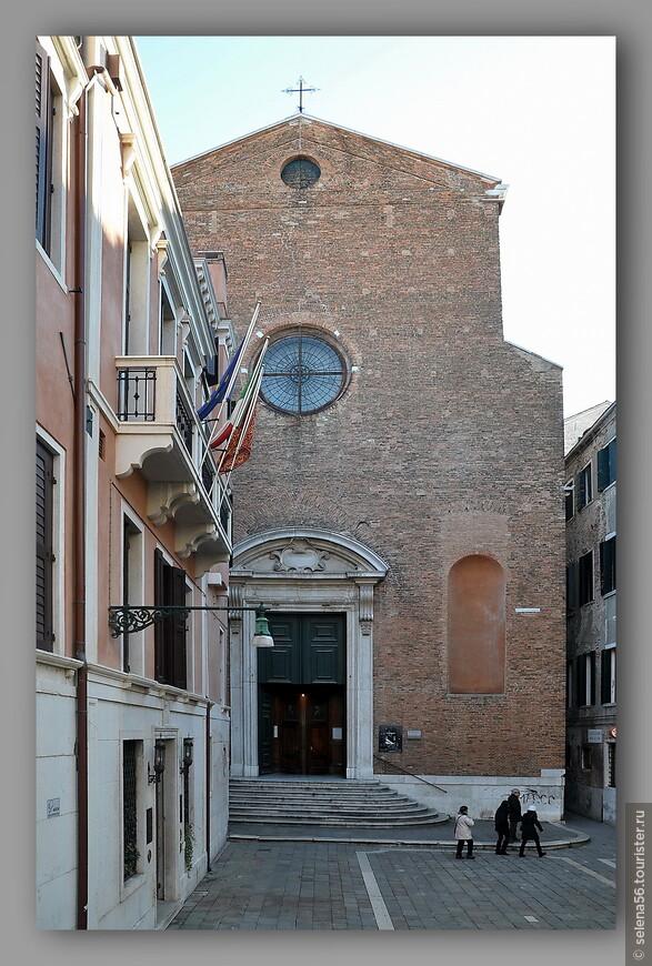 """Здание слева- отель """"Ai Reali"""", где мы прожили два дня и три ночи. Он находится между мостом Риальто и  площадью Святого Марка. Рядом находится базилика Santa Maria della Fava."""