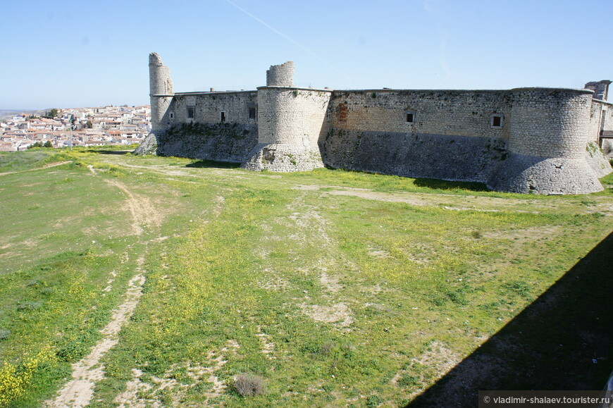 Крепость довольно таки крупная по размерам и занимает господствующую высоту, от чего её видно практически с любой улицы Чинчона.