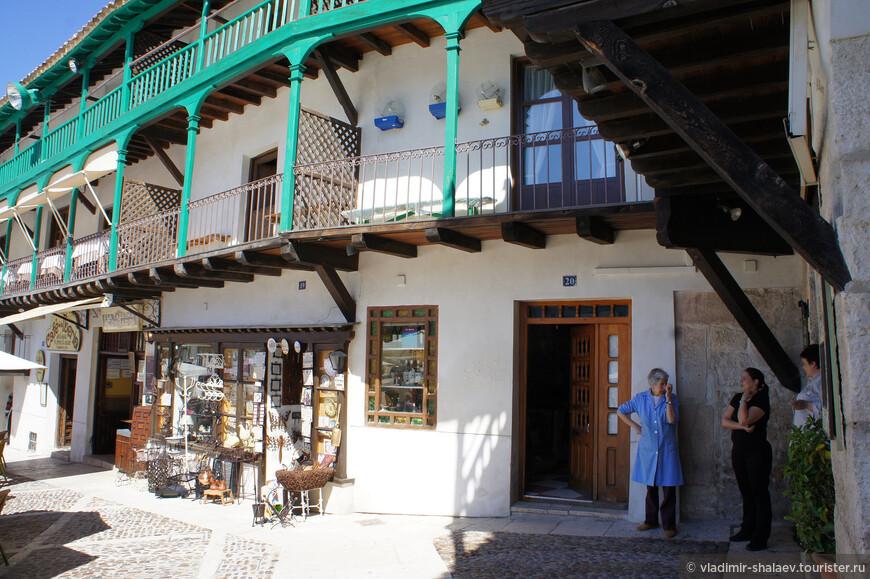 На первом этаже обычно располагаются лавочки и небольшие склады, где продаются как сувениры для туристов. так и товары первой необходимости для местных жителей...
