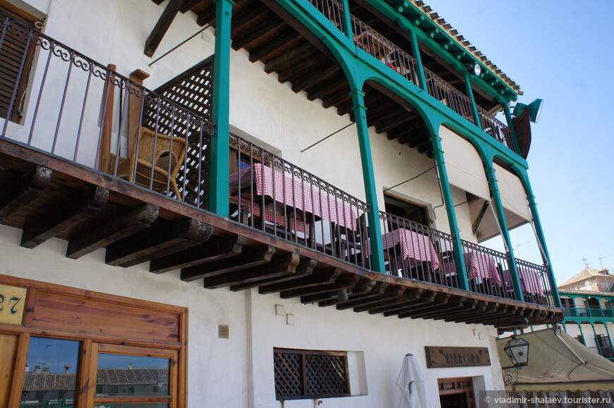 А третий этаж на опоры деревянные.