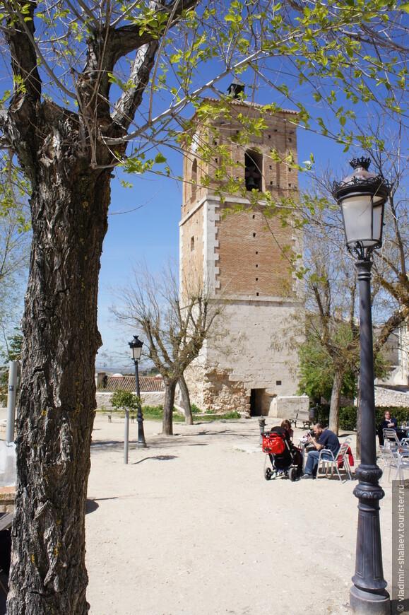 Часовая башня когда-то давно была колокольней церкви, построенной в XV  веке. Затем церковь разрушили, а восстановили потом одну башню.