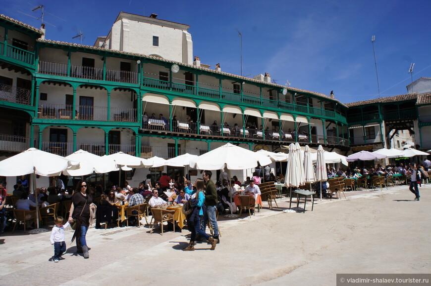 Можно посидеть в многочисленных кафе возле домиков или же на одном из балкончиков.