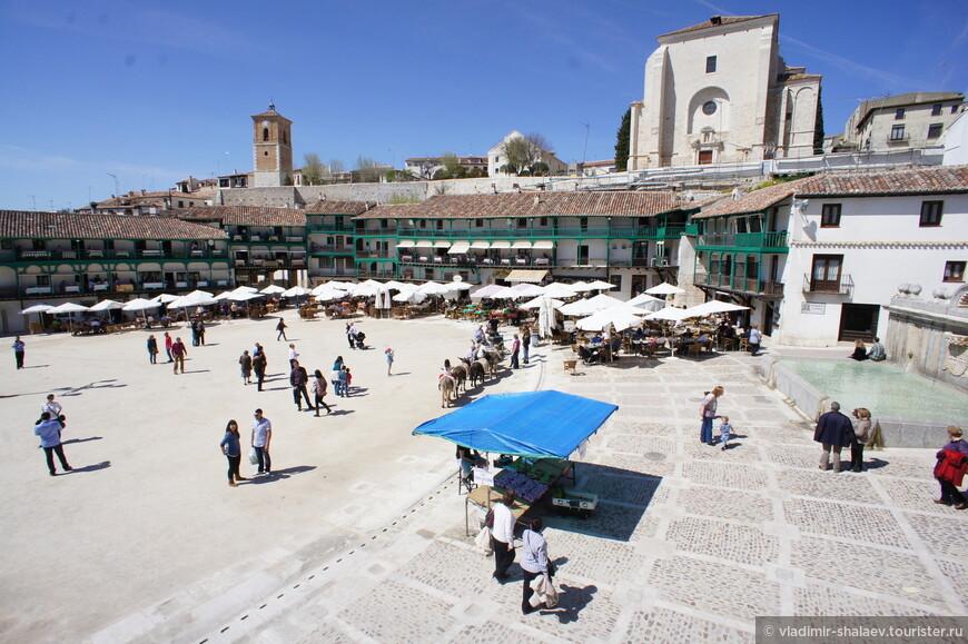С этой точки видна часовая башня, церковь Вознесения Богоматери и справа на самой площади каменный фонтан.