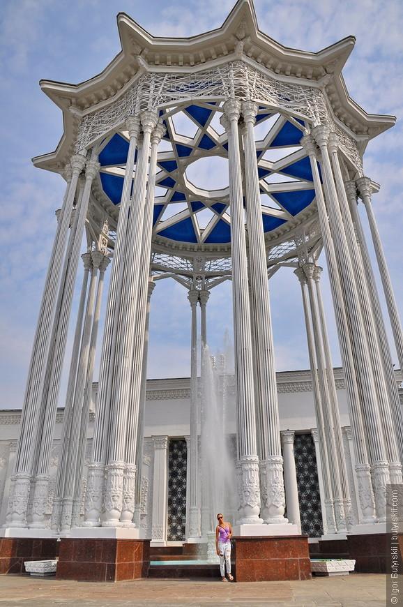 08. За основу, для создания павильона, был взят основной распространённый тип национального узбекского дома, по центру которого установлена изящная (ранее многоцветная) стальная узорная беседка-ротонда, под которой до сих пор сохранился небольшой фонтан.