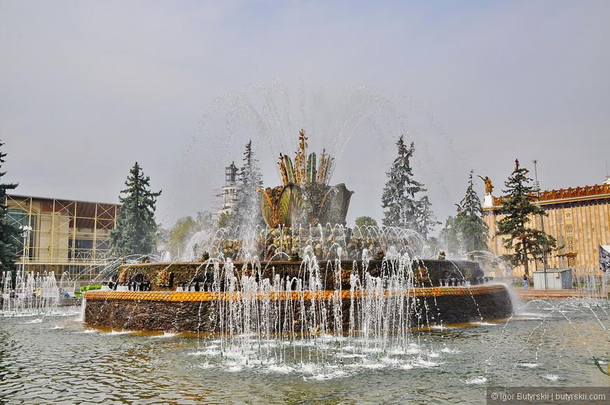 09. Фонтан «Каменный цветок» создан в 1954 году. При пожаре в одном из ближайших павильонов был использован как пожарный водоём.