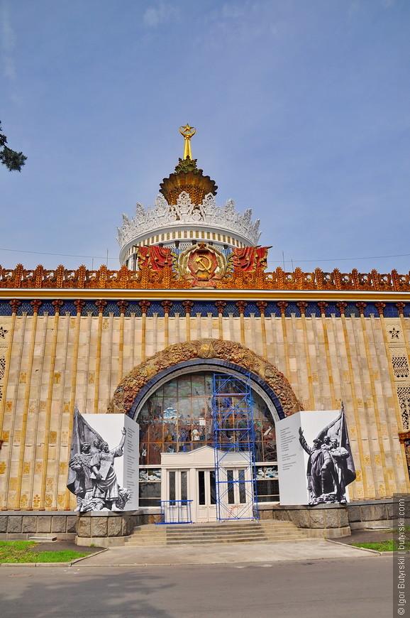 10. Павильон Украины — один из самых красивых и богато украшенных павильонов на ВДНХ. В строительстве использована уникальная технология конструктивной несущей керамики. Все детали и формы, вылитые в конструкции, работают единым конструктивом.