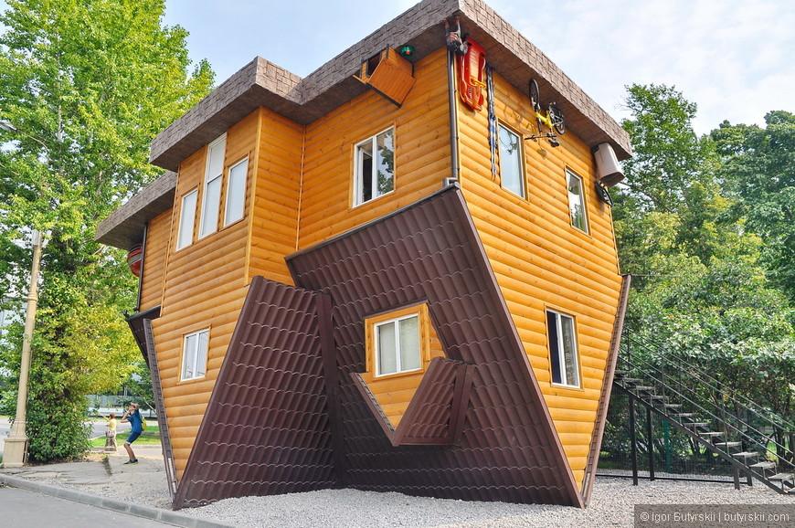 12. Отличный аттракцион – перевернутый дом, мне такие нравятся, вход платный.