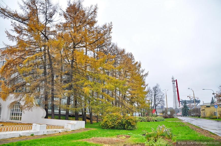 16. Территория комплекса за последние годы преобразилась, ее начали обслуживать и облагораживать, теперь по ВДНХ можно гулять как по парку, но несколько лет назад выглядело все печальнее.