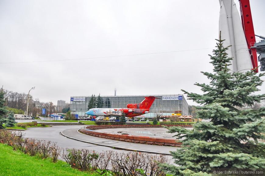 19. Самолет ЯК-42 на площади перед 20 павильоном.