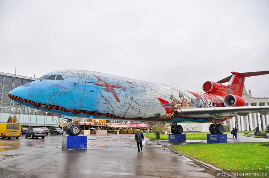 20. Самолет расписан в стилистике Великой Отечественной войны.