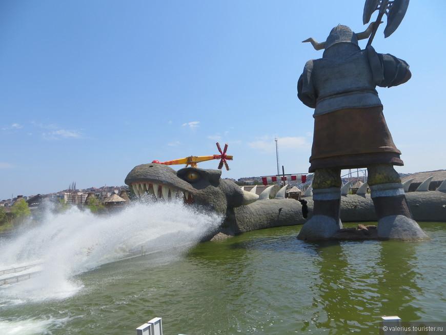 Это в пасть дракону с брызгами залетает с горки лодка с отдыхающими