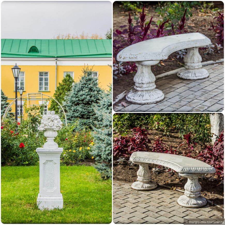 мраморные скамейкм и украшения на территории монастыря