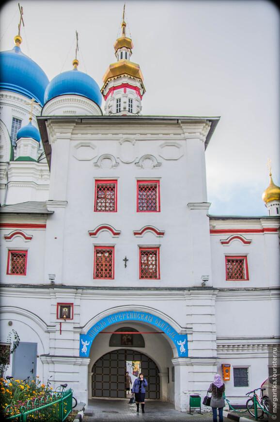 вход в монастырь и 4. Надвратная церковь Толгской иконы Божией Матери была выстроена в 1733 году при игумене Варлааме. В 1768 году церковь отошла в приход села Сабурова, т.е. была приходской, а в начале XIX века вновь стала монастырской. В 1785-1786 годах храм был оштукатурен и впервые расписан. В 1869 году по благословению Высокопреосвященного Иннокентия, митрополита Московского, церковь была обновлена устройством нового престола и жертвенника, позолоченного шестиярусного иконостаса, стенной живописью и поновлением икон. Под церковью находилось сначала двое ворот. Одни из них, построенные в конце XVII века, назывались «Водяными» (отсюда ходили за водой на Москву-реку). Они сохранились до нашего времени. Другие были заложены таким образом, что получилась комнатка, в которую, по свидетельству начала XIX века, клали покойников.