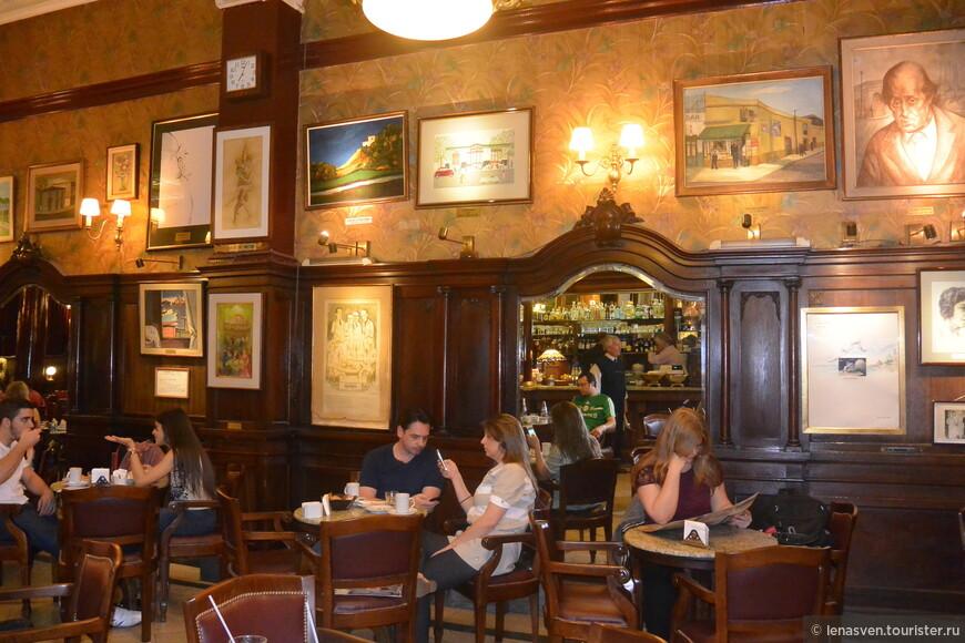 На стенах - картины и рисунки художников, бывших завсегдатаев этого кафе. Их работы - дар своему любимому кафе.