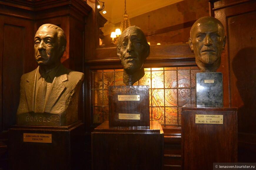 """Кафе """"Тортони"""". Работы разных скульпторов. Слева - бюст писателя  Х. Борхеса."""