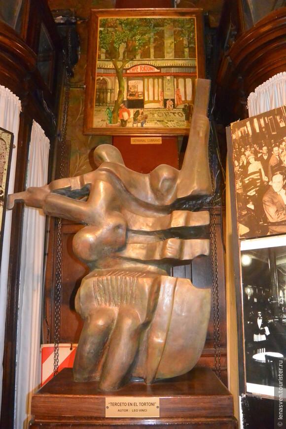 Вот такая скульптура, посвященная музыке и музыкантам, на постаменте внутри кафе, у входной двери.