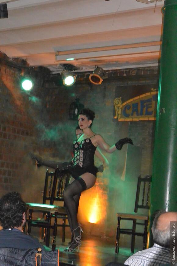 """Это танго-шоу в подвале кафе """"Тортони"""" начиналось не с танго, не с самого танца. Артисты-танцоры представили нам картинку старого, давно ушедшего быта бедных кварталов Байреса. Чего уж там умалчивать, было время, когда танго считалось танцем портовых проституток..."""