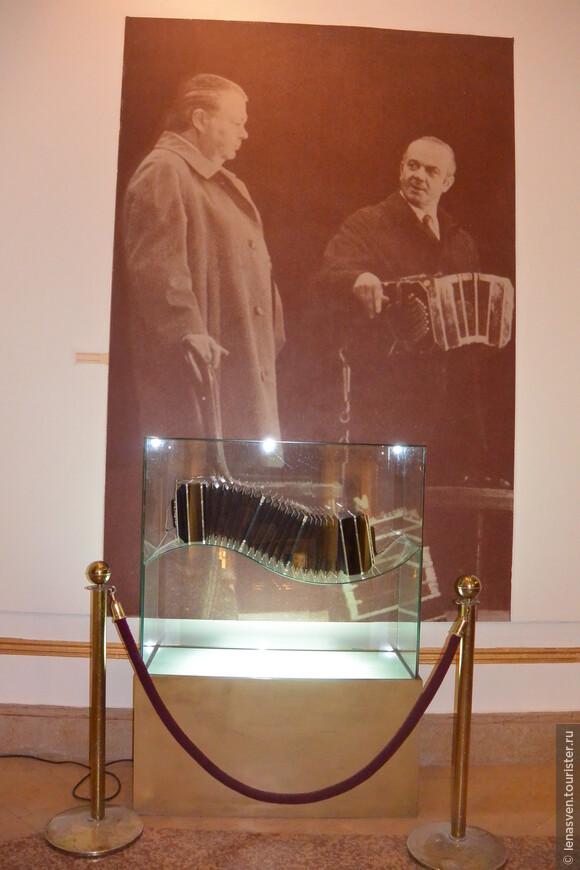 Старинный инструмент бандонеон встречает нас по пути в зал танго.