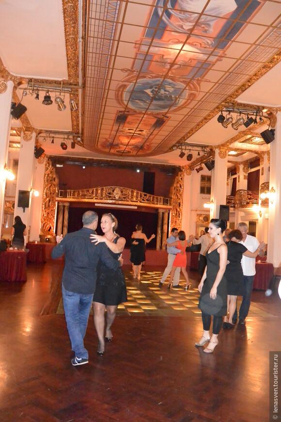 """В """"Пьяцолле"""" два зала. В одном проходят вечера танго-шоу, а в другом - можно потанцевать самому, вернее, поучиться нескольким танго - па. Или посмотреть на других. Это мы и сделали до начала профессионального шоу."""
