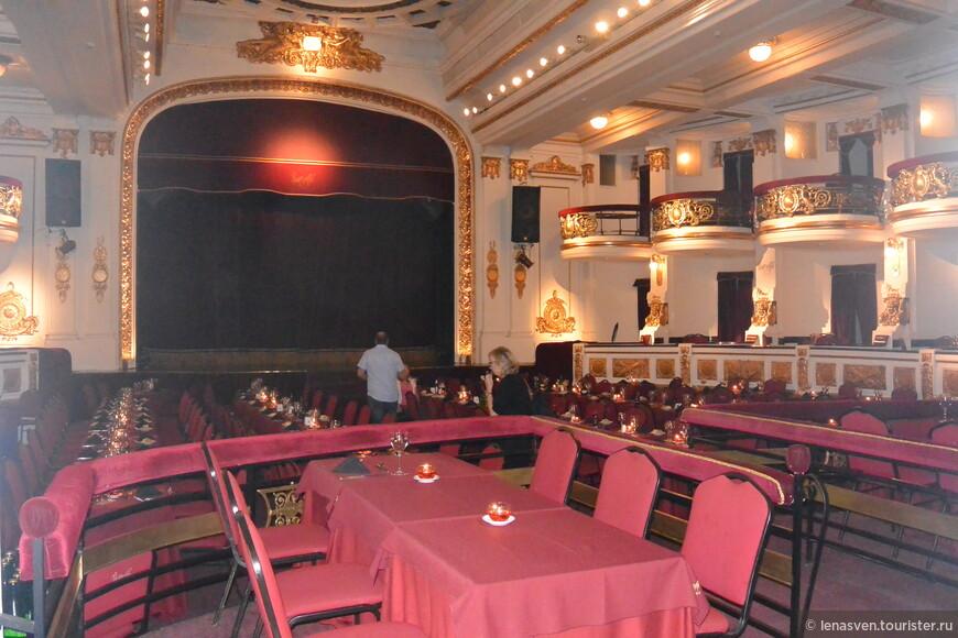 """Этот зал в """"Пьяцолле"""" - для танго-шоу. Мы пришли раньше представления и правильно сделали.  Шоу там начинается в 22.15. Продолжительность - 1,5 часа. Но перед танго-шоу - ужин. Он начинается в 20.45. В том же зале. Цена танго-представления с ужином - 100 долларов (для сравнения: танго-шоу в кафе """"Тортони"""" стоило тоже 100. Только не долларов, а песо. Кстати, кто хочет, можно обойтись без ужина и купить только билет на танго-шоу. Мы взяли билет с ужином. И не пожалели. На ужин было и вкусное, сочное мясо, и вино, и десерт. Мы остались довольны. Как вы понимаете, эти два танго-шоу были, понятно, не в один вечер. Сначала я сходила на танго вечер в кафе """"Тортони"""", а на следующий день вечером - в """"Пьяцоллу""""."""