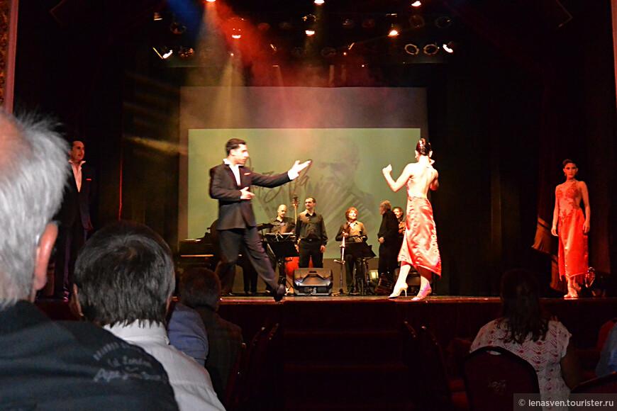 """Здесь танцевали совсем другое танго, чем в """"Тортони"""". Мне понравились оба стиля, но они совершенно разные и сравнивать их нельзя. В этом зале танцевали нуэво-танго, жизнь которому дал аргентинский композитор и музыкант Астор Пьяцолла. Это было во второй половине 20-го века. Тогда родилось нуэво-танго, которое изменило традиционное танго, что танцевали до этого. Мелодии танго А. Пьяцоллы вобрали в себя элементы джаза и классической музыки. В Аргентине Пьяцоллу называли """"Великий Астор"""". Этот танго - центр был тоже назван его именем, в его честь."""