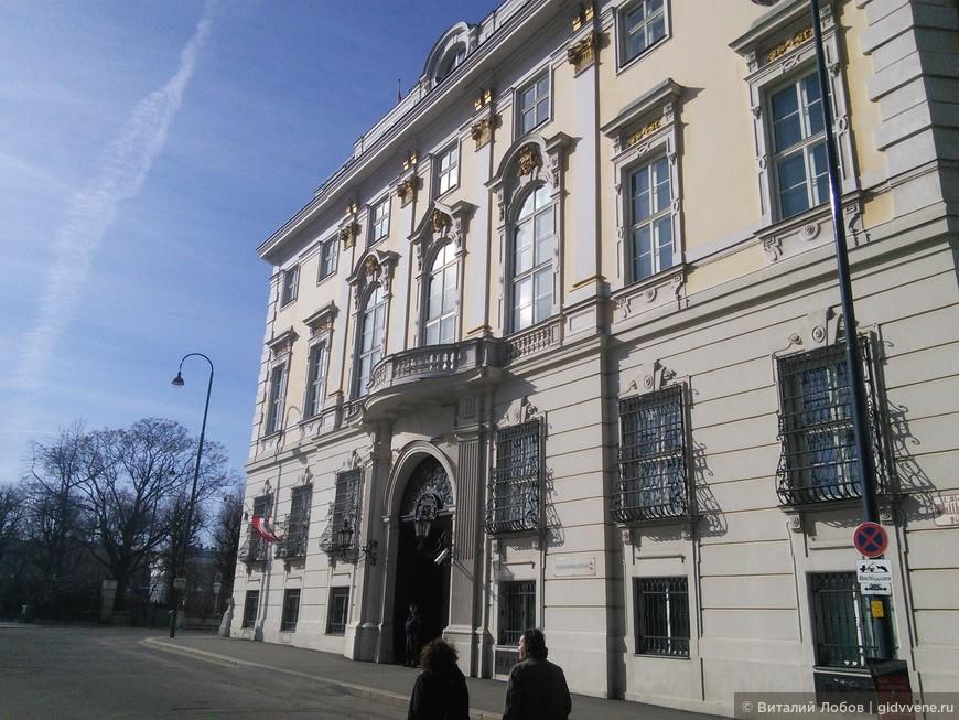 Такие люди и без охраны!))) Резиденция федерального канцлера в Хофбурге. В прошлом здание тайной канцелярии Габсбургов.