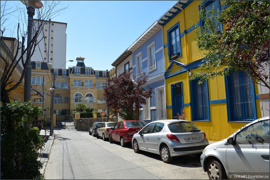 Как правило в таких ярких домиках сегодня располагаются маленькие отели или художественны галереи.