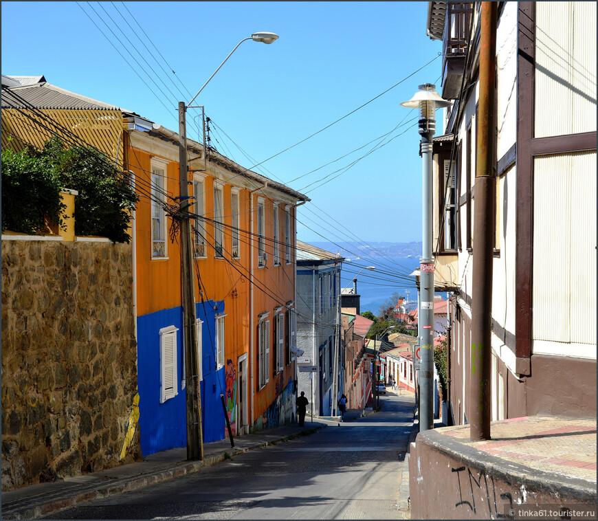 Типичная картинка Вальпараисо - улочки, сбегающие с холмов  к океану.